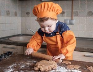 Jongetje aan het bakken