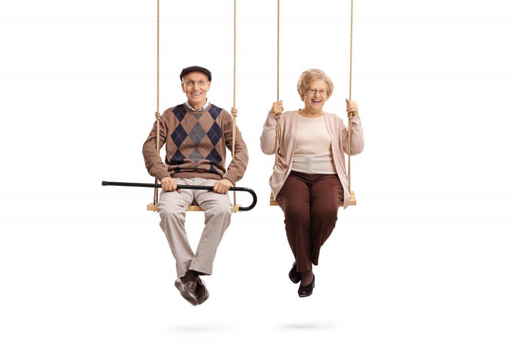 Ouder echtpaar op schommels