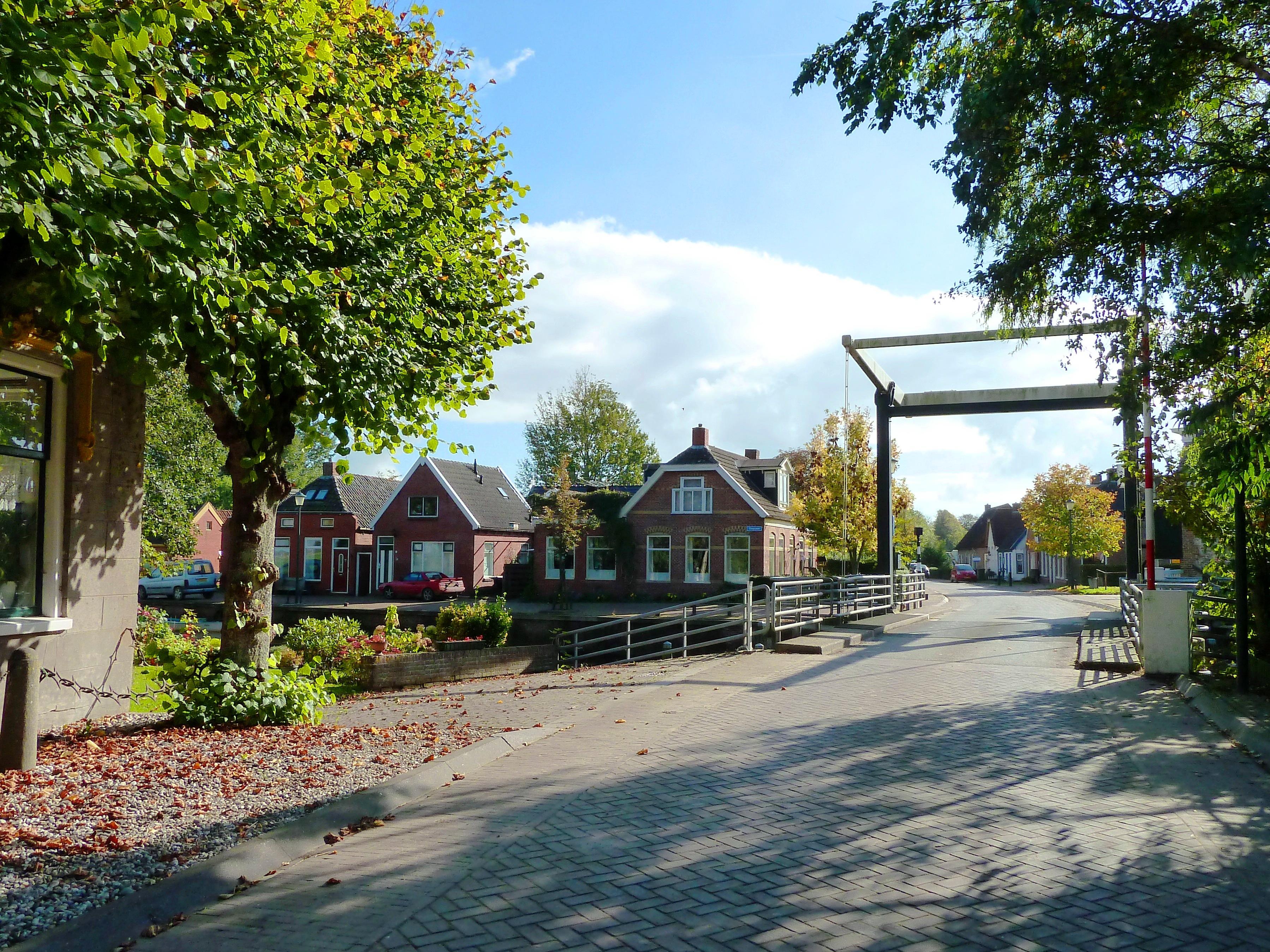 Pieterzijl_-_Brugstraat_met_brug_en_Diepswa